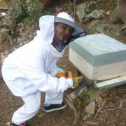 Les premiers pas de ma fille Lana en apiculture
